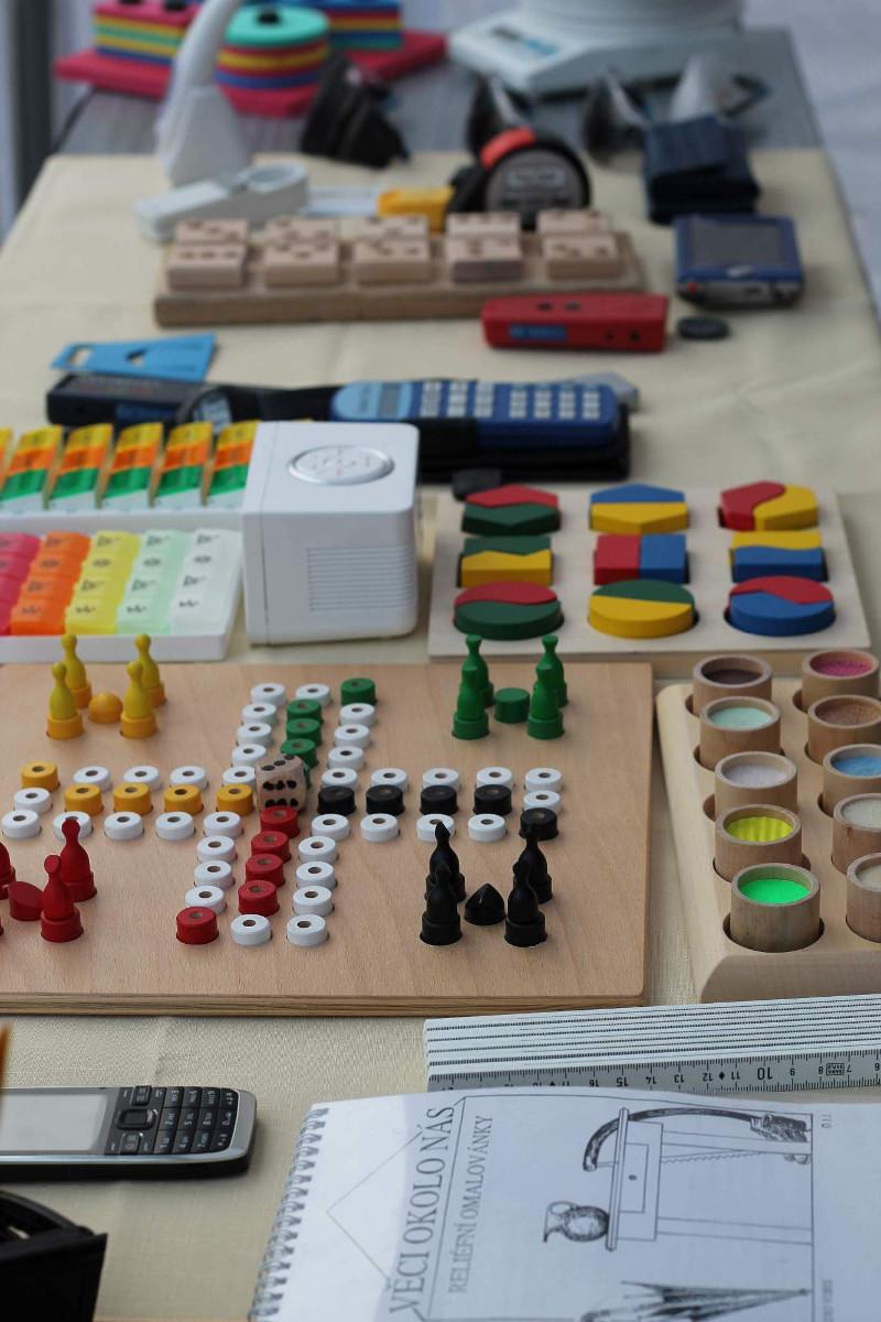 Kompenzační pomůcky a hry pro nevidomé.