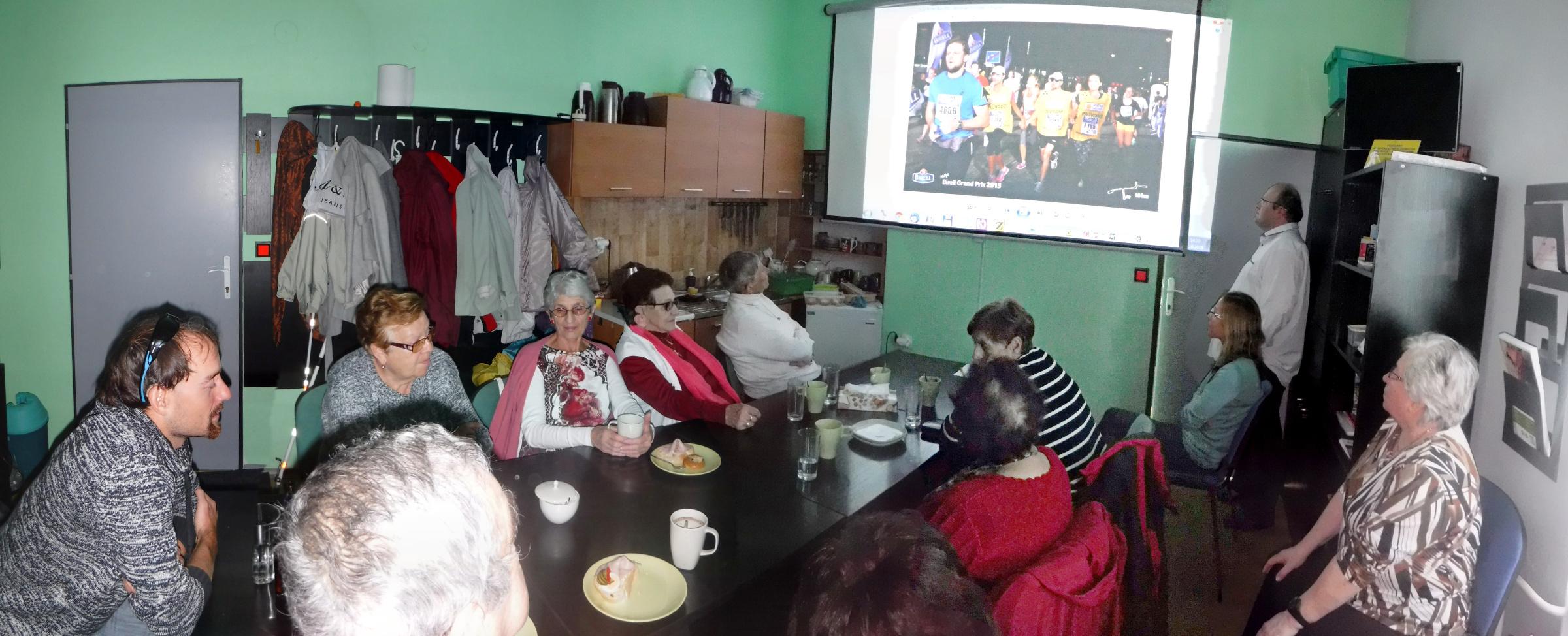 Fotografie z Diskusního klubu u kávy s O. Zmeškalem.